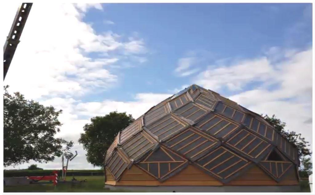 construction d un zome avec une grue klaas par alterhabitat klaas. Black Bedroom Furniture Sets. Home Design Ideas